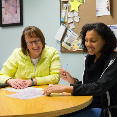 Academic Advising Certificate - Image of academic advisor meeting with a student.