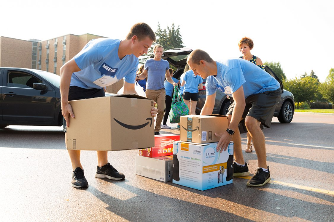 Current SDSU students assisting incoming freshman with move-in